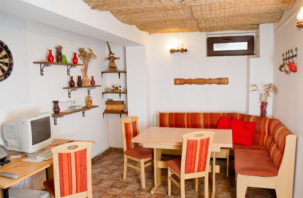 kitchen_friens_hostel_bucharest_romania_0